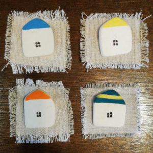 家の形をした磁器のブローチ